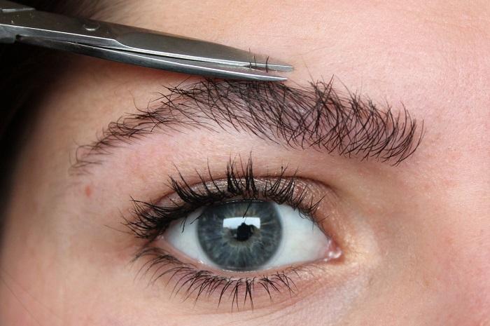 Слишком длинные волоски смотрятся неопрятно, их надо подстричь маникюрными ножницами