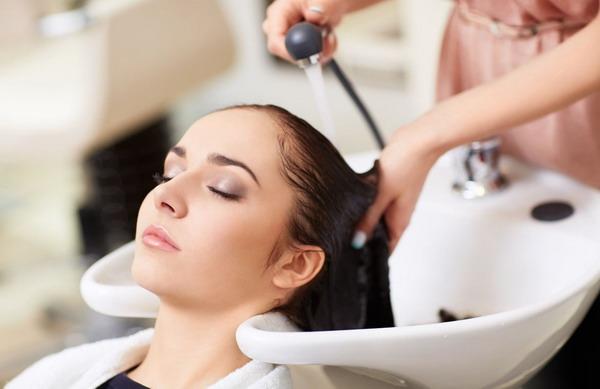 Тут изображен самый оптимальный способ мытья головы при наличии татуажа