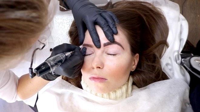 Процесс введения перманента при пудровом перманентном макияже
