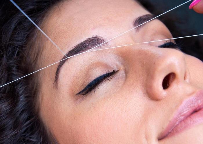 Проведение корректирования бровей при помощи нити